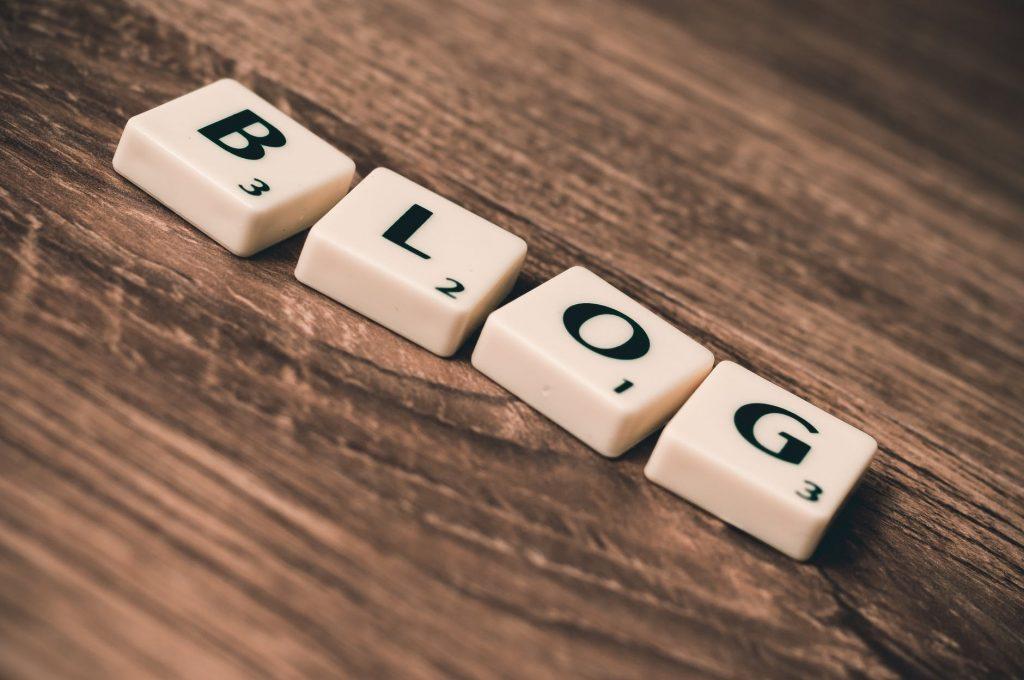 Peças do jogo Scrable que formam a palavra Blog, remetendo para 9 vantagens de possuir um blog profissional.