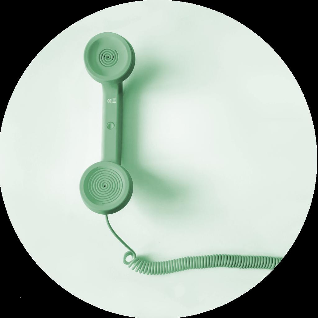 A imagem mostra um auscultador de telefone, simbolizando os vários contatos da nossa empresa.