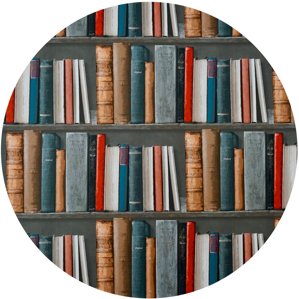 A imagem tem várias prateleiras com livros em analogia ao marketing de conteúdo.