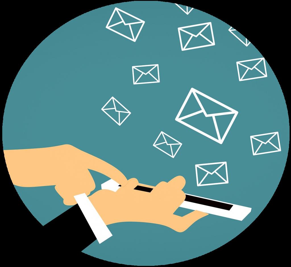 Uma mão a segurar um telemóvel e a outras a clicar nele, de onde saem pequenos envelopes a esvoaçar, simbolizando o email marketing.