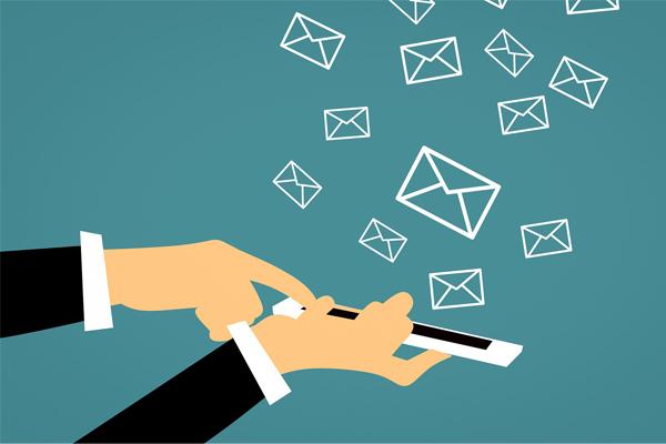 Uma mão segura um telemóvel e a outra clica, saindo vários envelopes a voar, remetendo-nos para o Email marketing.
