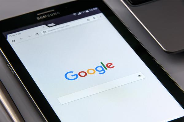Página do Google aberta num dispositivo móvel. A Google é a detentora da Google Ads, um dos nossos serviços.