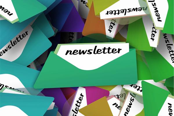 Vários envelopes, de várias cores, sugerindo várias newsletters.
