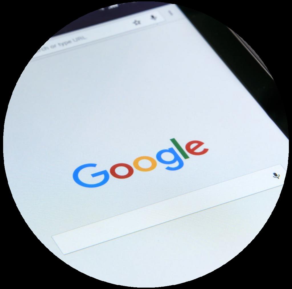 Tablet com a página do Google aberta. O Google ads pertence ao google.